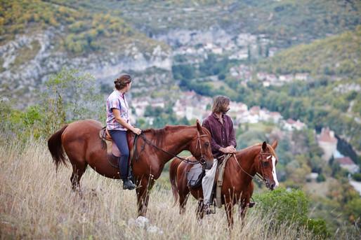 Cavaliers-dans-les-falaises-surplombant-