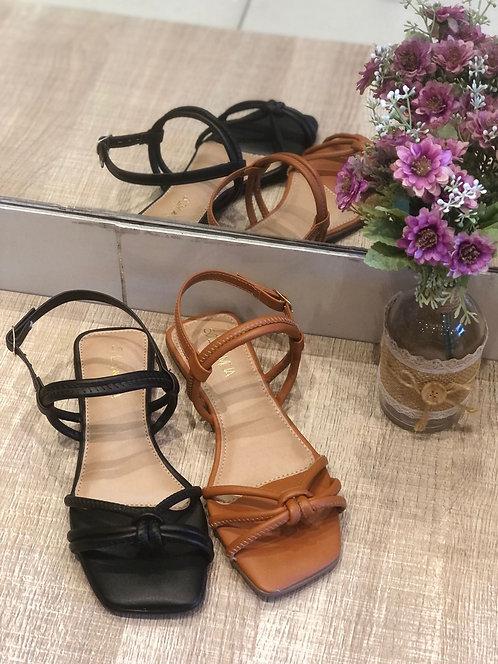 Sandália com ajuste traseiro