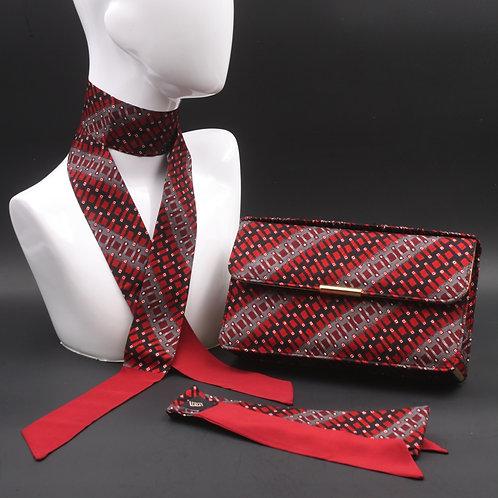 Clutch bag in seta rossa stampata con disegni geometrici, nelle tonalità del grigio, con 2 foulard abbinati