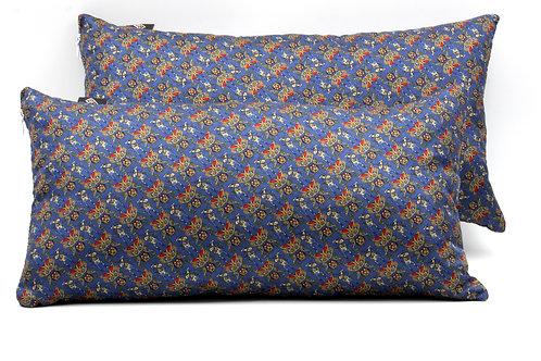 Cuscini blu con stampa floreale stilizzata