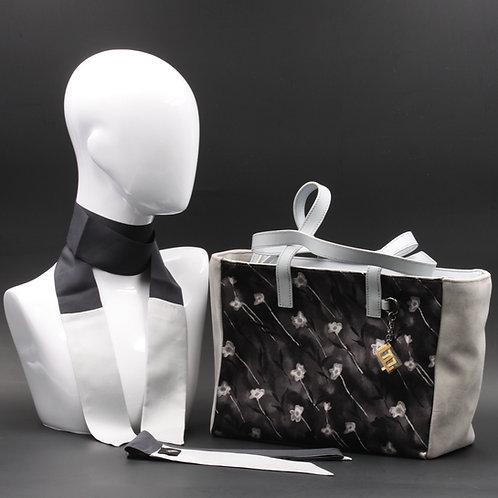 Borsa da giorno, grande a spalla, in camoscio grigio chiarocon inserti in seta con stampa floreale sui toni del grigio.