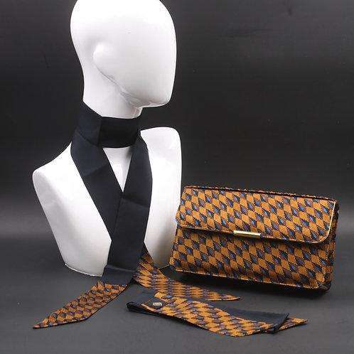 Clutch bag in seta blu stampata con disegno geometrico, nelle tonalità del marrone, con 2 foulard abbinati