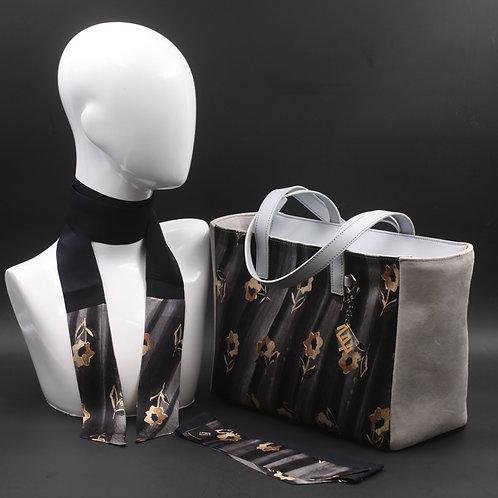 Borsa da giorno, grande a spalla, in camoscio grigiocon inserti in seta con stampa floreale sui toni del grigio.
