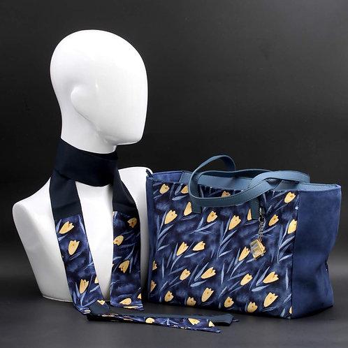 Borsa da giorno, grande a spalla, in camoscio blucon inserti in seta con stampa floreale sui toni del blu e giallo.