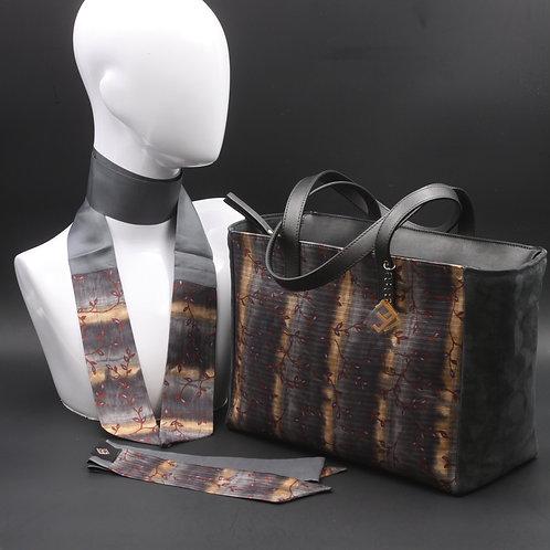 Borsa da giorno, grande a spalla, in camoscio grigiacon inserti in seta con stampa floreale sui toni del grigio e dell'ocra.