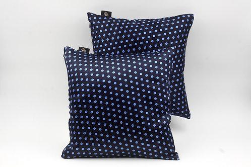 Cuscinidi seta blu con pois azzurriper divani classici e moderni;