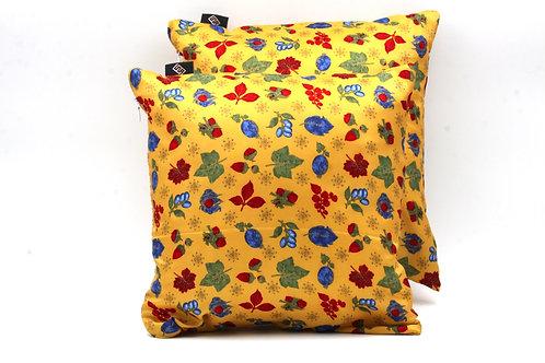 Cuscini giallicon stampa floreale, ideale per arredare divani moderni.
