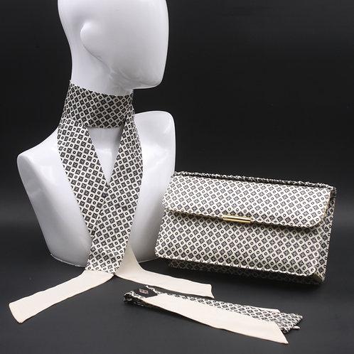 Clutch bag in seta bianca stampata con disegni geometrici, nelle tonalità del grigio, con 2 foulard abbinati
