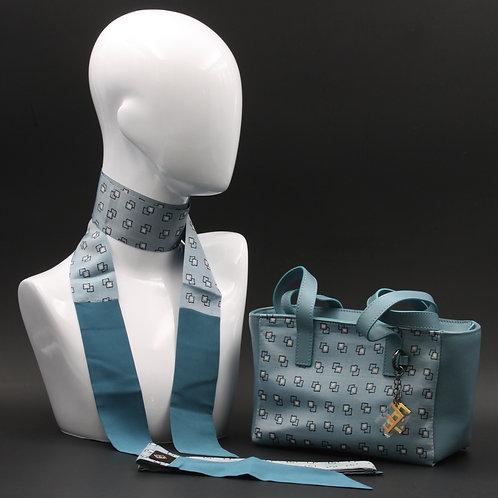 Borsa a spalla in vera pelle blu avioe inserti inseta con stampa geometrica, suitoni del blu e bianco e manici in pelle