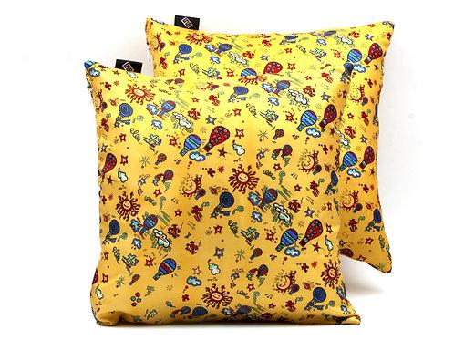 Piccole mongolfiere, stampate sui cuscini in seta gialla, regalano colore a spazi per bambini