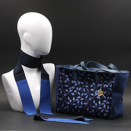 Borsa da giorno, grande a spalla, in camoscio blucon inserti in seta con stampa floreale sui toni del blu, Manici in pelle