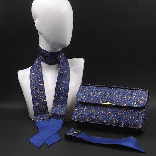 Clutch bag in seta blu stampata con fiori stilizzati, nelle tonalità dell'ocra, con 2 foulard abbinati.