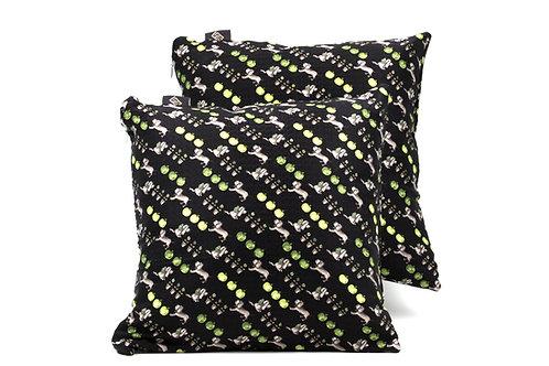 La stampa cagnolini su base in seta nera rende questi cuscini ideali per esterno.