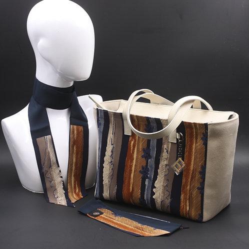 Borsa da giorno, grande a spalla, in camoscio beige chiarocon inserti in seta con stampa nei toni del blu e marrone