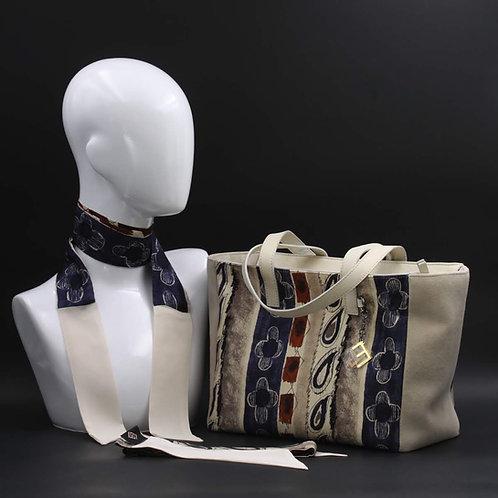 Borsa da giorno, grande a spalla, in camoscio beige chiarocon inserti in seta con stampa stilizzata sui toni del grigio