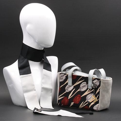 Borsa a spalla in camoscio grigioe inserti in seta con stampa floreale, suitoni delgrigio e del rosso e manici in pelle