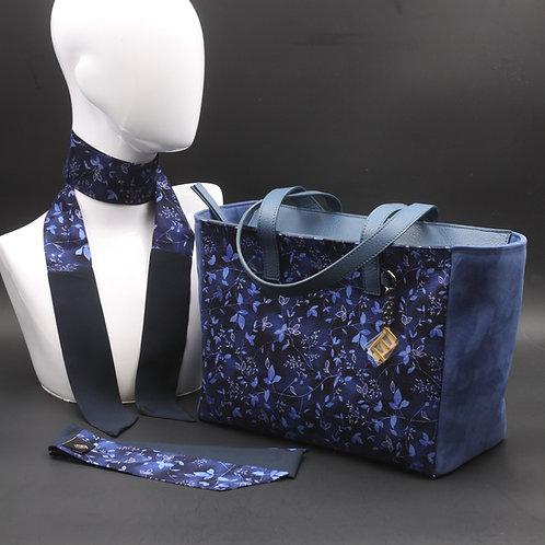 Borsa da giorno, grande a spalla, in camoscio blucon inserti in seta con stampa floreale sui toni del blu.