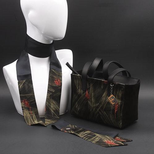 Borsa a spalla in camoscio neroe inserti in seta con stampa floreale, con tonalità verdi e rosse e manici in vera pelle nera