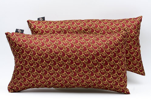 I cuscini rettangolari, 46x24 cm, sono in Seta stampata, completi di imbottitura