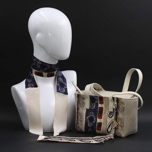 Borsa a spalla in camoscio beigee inserti in seta con stampa geometrica, con tonalità beige. blu e rossa e manici in pelle