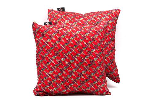 Cuscini in seta, eleganti e classici stampati su seta rossa.
