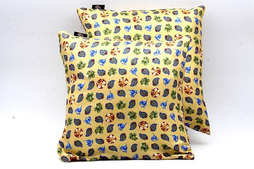 La freschezza della stampa floreale rende questi cuscini ideali per arredare ambienti interni ed esterni.
