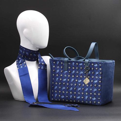 Borsa da giorno, grande a spalla, in camoscio blucon inserti in seta con stampa geometricasui toni del blu.