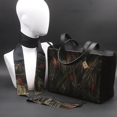 Borsa da giorno, grande a spalla, in camoscio nerocon inserti in seta con stampa floreale sui toni del verde.
