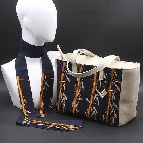 Borsa da giorno, grande a spalla, in camoscio beige chiarocon inserti in seta con stampa stilizzata sui toni del blu e ocra.