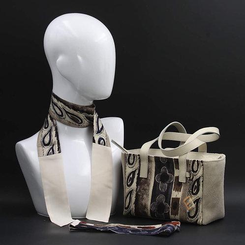 Borsa a spalla in camoscio beigee inserti inseta con stampa geometrica, con tonalità blu e marrone e manici in vera pelle