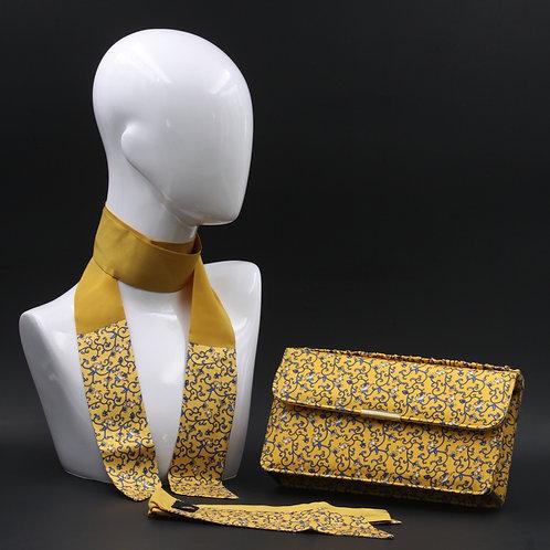 Clutch bag in seta giallo senape stampata con disegni floreali, nelle tonalità del blu, con 2 foulard abbinati
