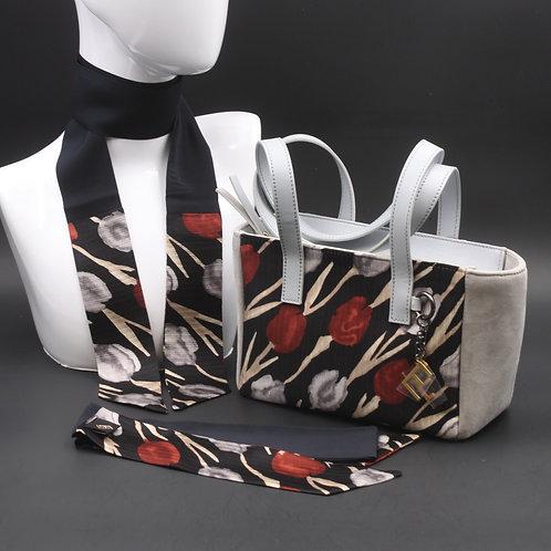 Borsa a spalla in camoscio grigio chiaro e inserti in seta con stampa floreale, con tonalità nera e rossa e manici in pelle