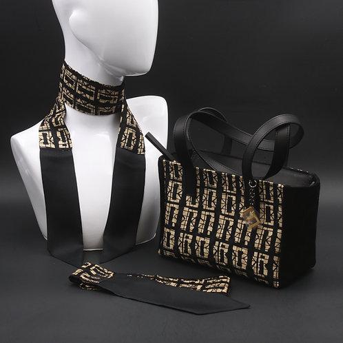 Borsa a spalla in camoscio nerae inserti in seta con stampa geometrica, con tonalità ecru e manici in vera pelle nera
