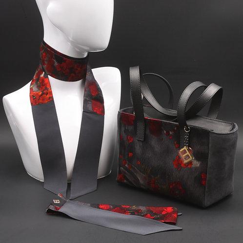 Borsa a spalla in camoscio grigia e inserti in seta con stampa floreale, con tonalità rosse e grigie e manici in vera pelle