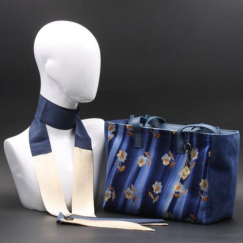 Borsa da giorno, grande a spalla, in camoscio blucon inserti in seta con stampa floreale sui toni del blu e avorio.