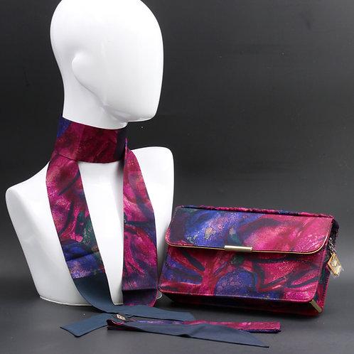 Clutch bag in seta stampatanelle tonalità del viola.