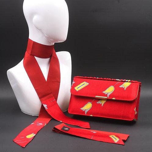 Clutch bag in seta rossa stampata con disegno floreale, nelle tonalità del giallo e grigio, con 2 foulard abbinati