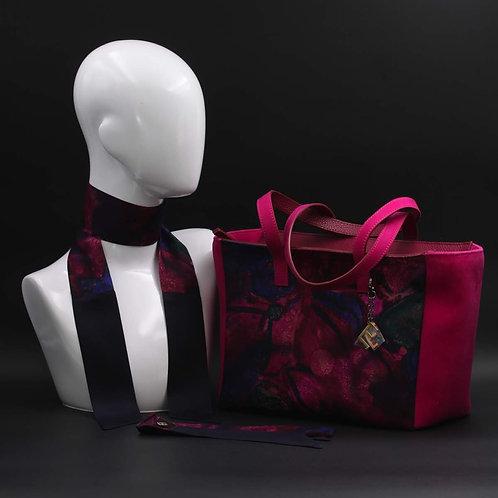 Borsa da giorno, grande a spalla, in camoscio violacon inserti in seta con stampa floreale, Manici in camoscio viola.