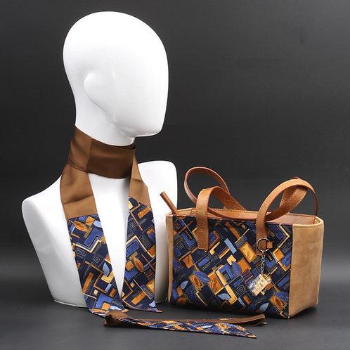 Borsa a spalla in camosciomarronee inserti in seta con stampa geometrica, con tonalità blu e giallo ocra e manici in pelle