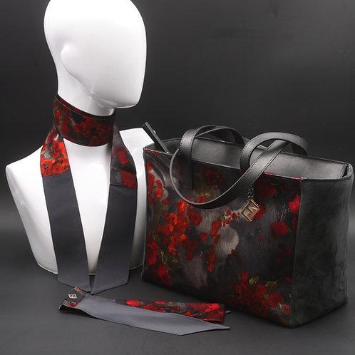 Borsa da giorno, grande a spalla, in camoscio nerocon inserti in seta con stampa floreale nei toni del rosso.
