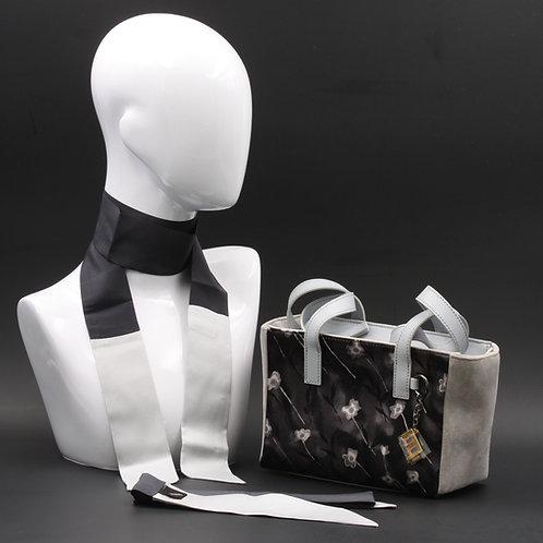 Borsa a spalla in camoscio grigio chiaroe inserti inseta con stampa floreale, suitoni delgrigio e manici in vera pelle