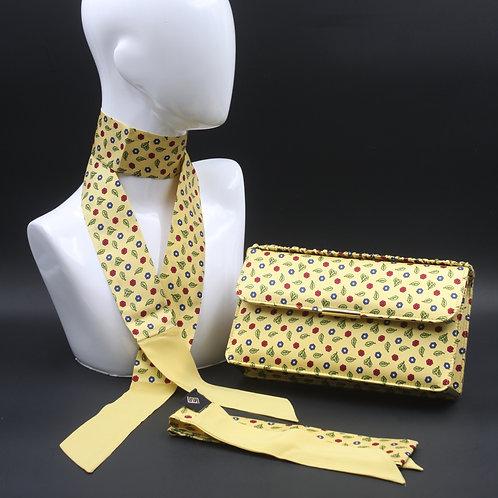 Clutch bag in seta gialla stampata a fiori stilizzati, nelle tonalità del rosso e blu, con 2 foulard abbinati