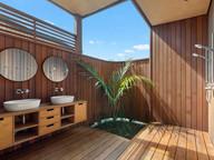 Pod bach, Shower / Rakino. MBD Builders Ltd.
