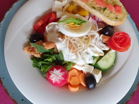Bunter Salatteller mit Kräuterbaguette