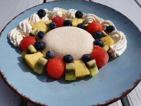 Griespudding mit frischen Früchten und Sahne
