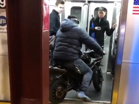 Хулиганы заехали в вагон метро на своих мотоциклах