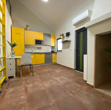 Salon cheminée jaune