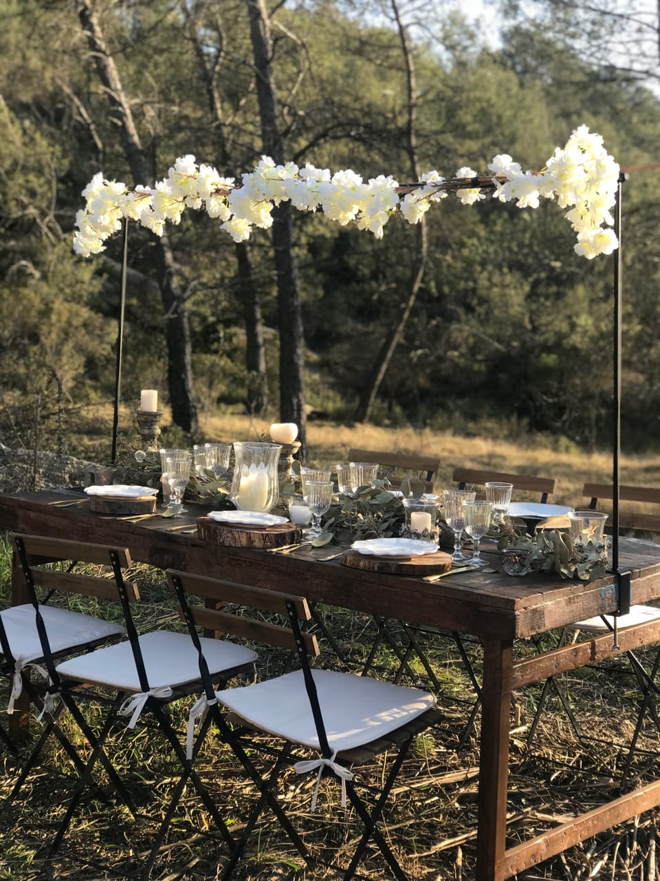 Chaises jardin + rustic wood table
