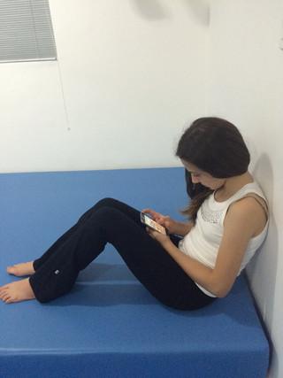 3 cuidados com a coluna ao usar celular