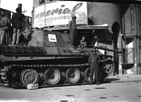 1945 stachus kino panzer.jpg